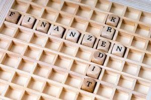 kleine Holzwürfel mit den Worten Finanzen und Kredit