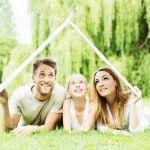 Familie im Grnen trumt vom Haus